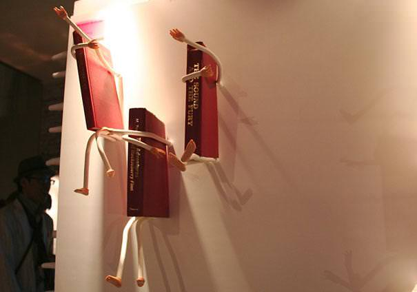 お洒落なデザインの本棚:動き回る手足の本棚