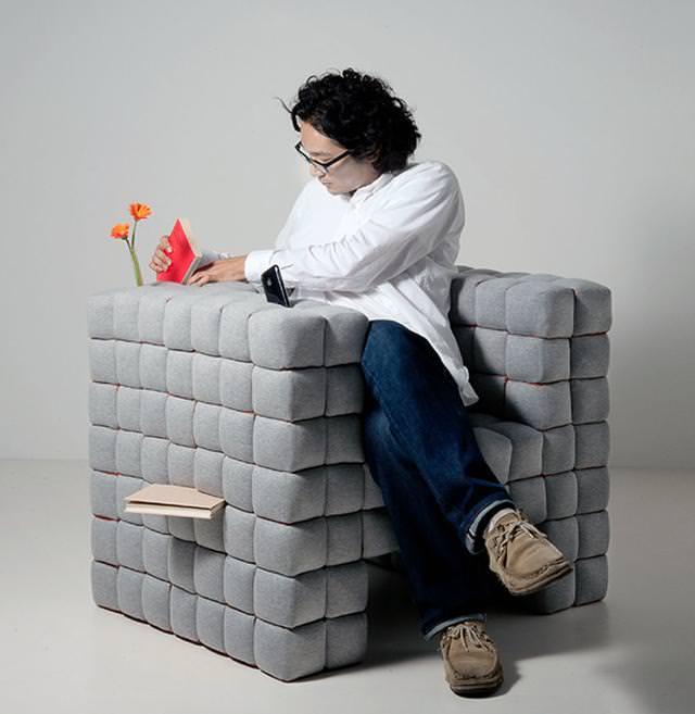 お洒落なデザインの本棚:ふかふかソファー型
