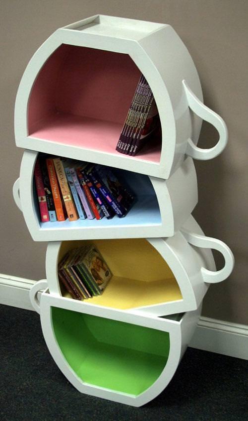 お洒落なデザインの本棚:積み重なっているコーヒーカップ