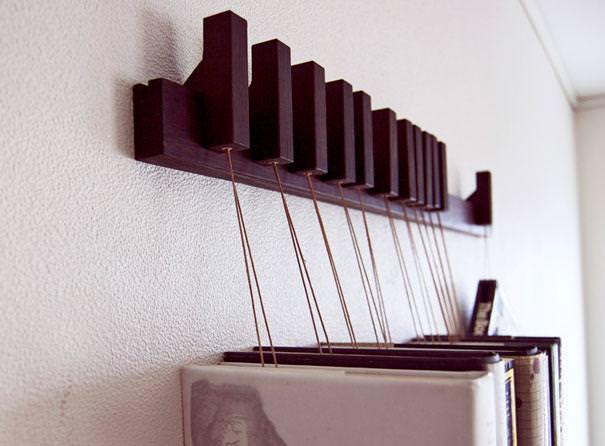 お洒落なデザインの本棚:本をぶら下げておく本棚