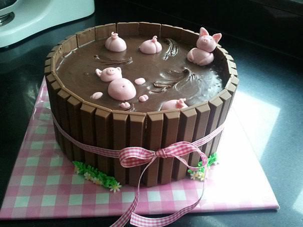 創作ケーキ:泥の中に埋まる子豚たち