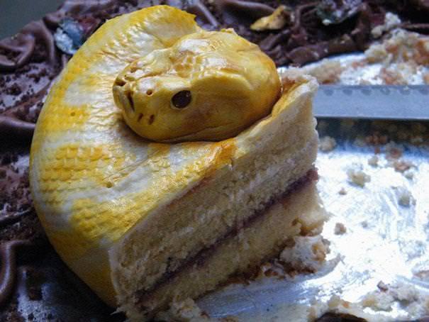 創作ケーキ:毒々しい蛇のケーキ