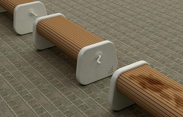 雨降り後にグルグル回して座れるベンチ