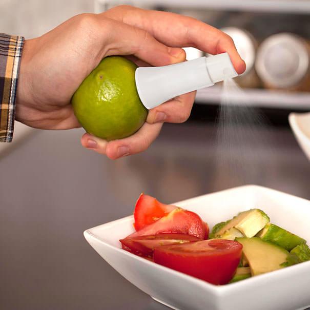 果物にさして果汁を吹きかけるためのキリ吹き