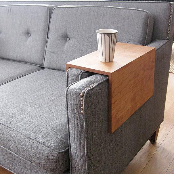 ふわふわソファーにミニテーブルを設置できる板