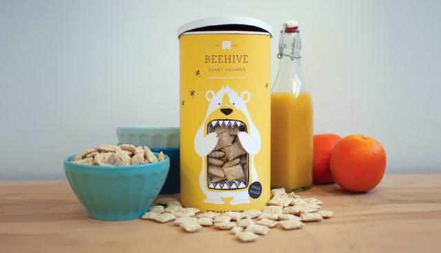クマが大口を開けてハチミツ菓子を頬張るパッケージデザイン