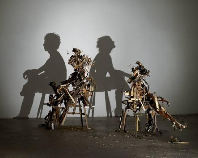 光と影の芸術:背中合わせで寄り添う男女