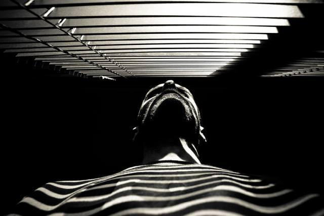 光と影の芸術:全身しましま人間
