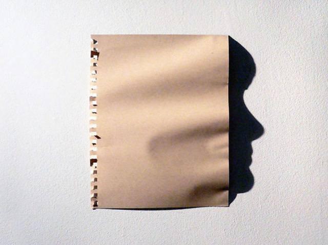光と影の芸術:ボロ紙から人の横顔