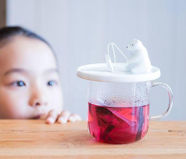 おしゃれな茶こし(ティーストレーナー):氷上で魚釣りをしている白くまの、ティーバッグホルダー