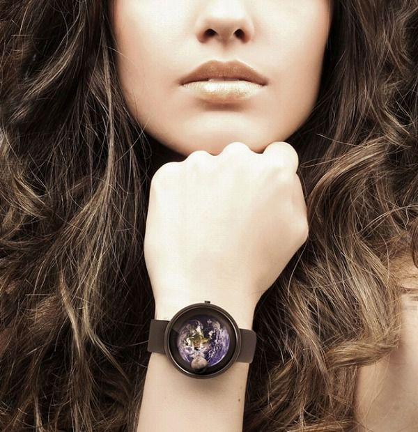 月と地球の位置がよく分かる腕時計