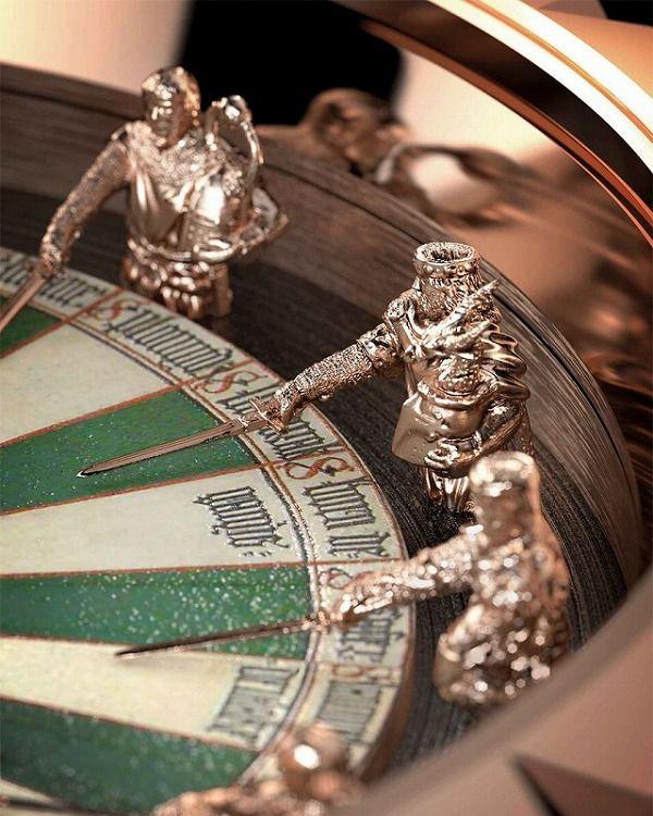 精密な騎士の人形が埋め込まれている腕時計