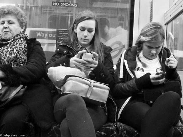 電車内では、もちろんスマートフォンで