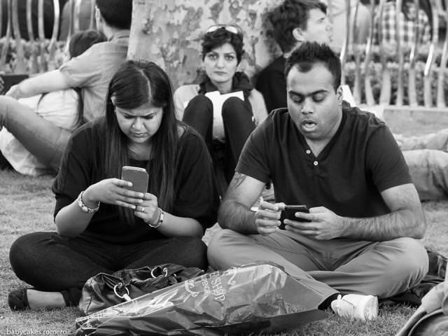 デート中に歩き疲れたら、会話ではなくスマートフォンが癒やしに