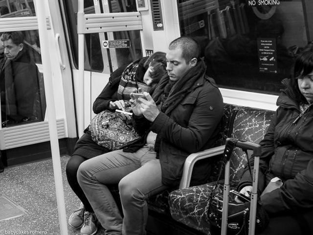 電車内で寄り添う二人は、やはりスマートフォン弄りに夢中