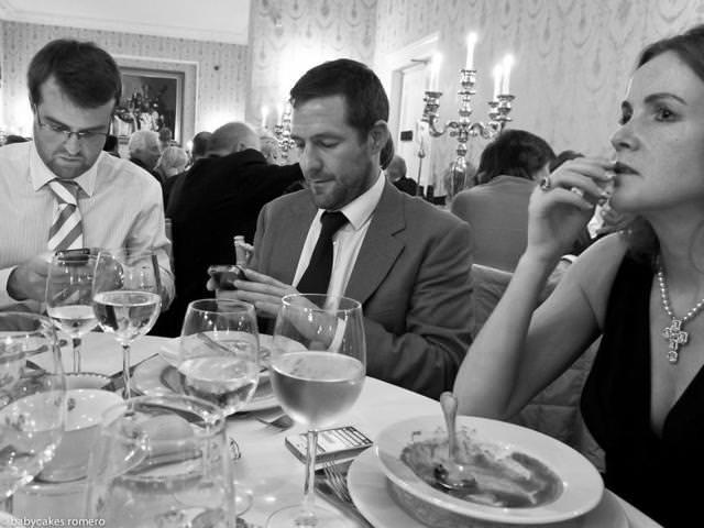 食後の楽しみは、女性との会話ではなくスマートフォン弄りな男性たち