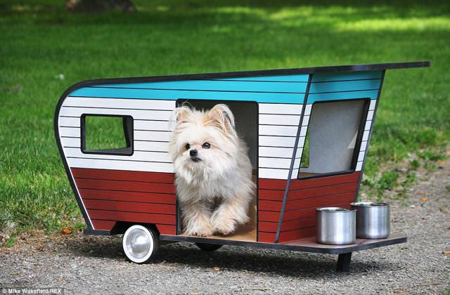 お洒落な犬小屋:愛犬用キャンピングカー(水色・白・赤)