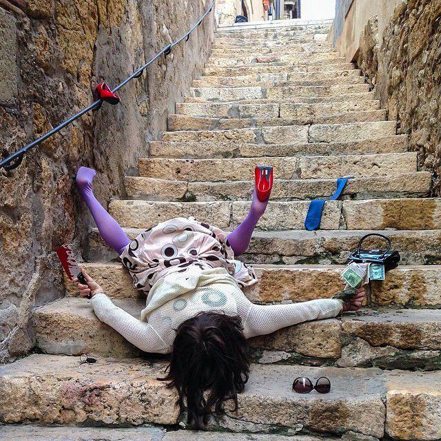 階段で転んでいる面白画像