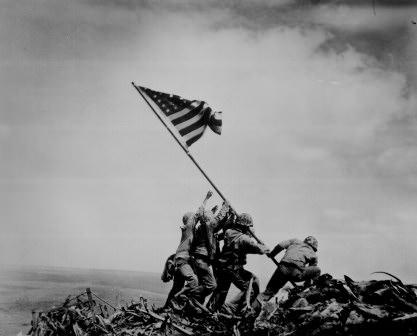 星条旗を立てる兵士たち