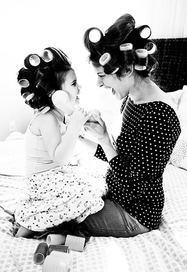 ママの真似をする女の子:髪の毛のセット