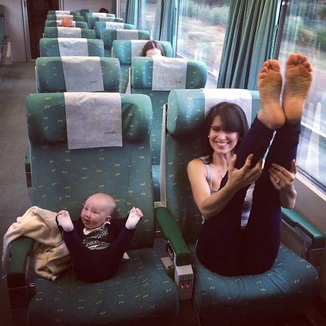 ママの真似をする女の子:脚線美を披露