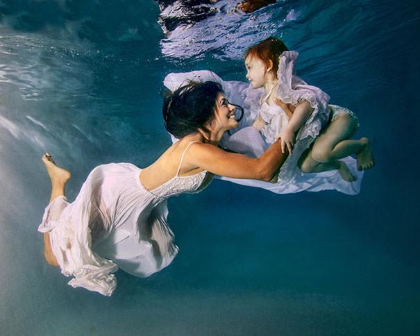 ママの真似をする女の子:水の中で泳ぐ