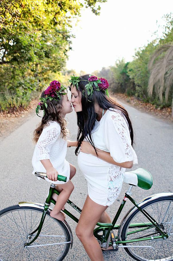 ママの真似をする女の子:一緒にサイクリング