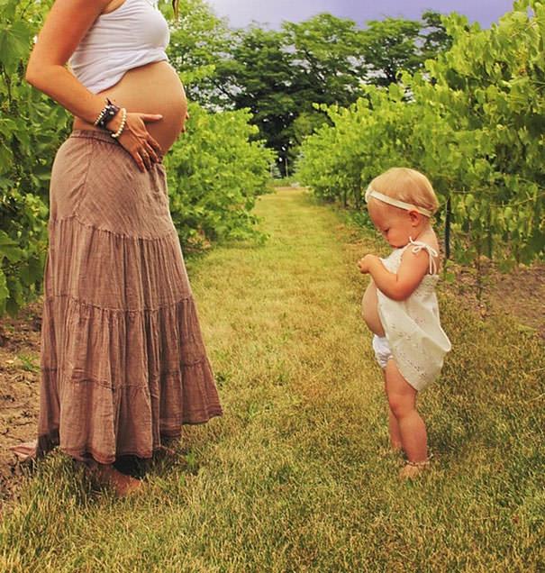 ママの真似をする女の子:お腹の大きさ勝負