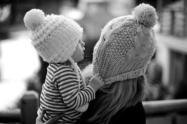 ママの真似をする女の子:帽子を被る