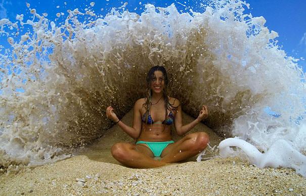 決定的瞬間:ザバーンと押し寄せる波