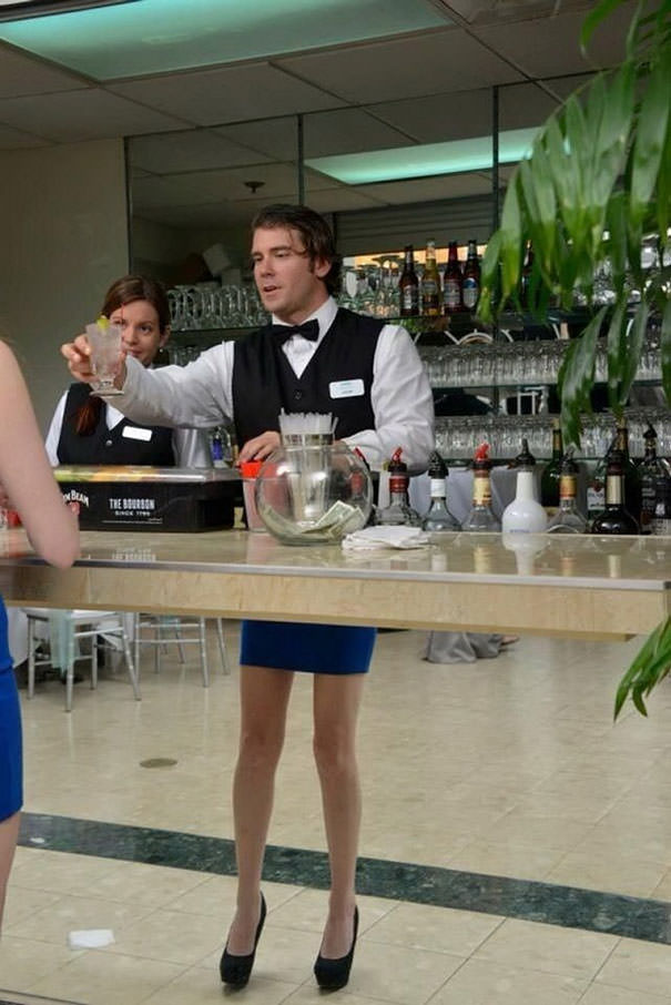 決定的瞬間:スカートをはいた美脚の男性バーテンダー