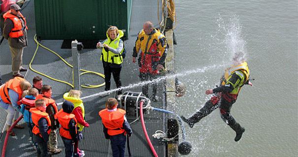 決定的瞬間:ウォータービームで海面に弾き飛ばされた人