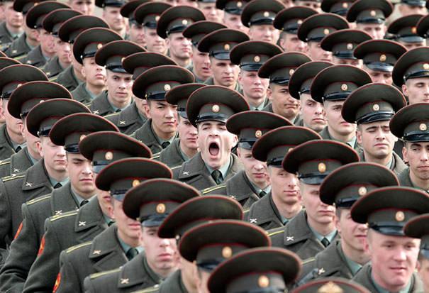 決定的瞬間:お硬い雰囲気のなか、大あくびを激写される軍人
