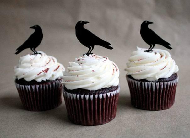 真っ黒のカラスが乗っているハロウィンケーキ