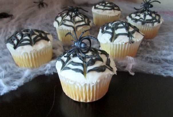 蜘蛛と蜘蛛の巣をモチーフにしたハロウィンケーキ