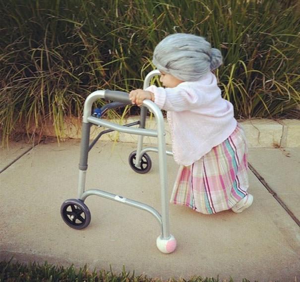 歩行器でヨチヨチ歩きのお婆ちゃんの仮装