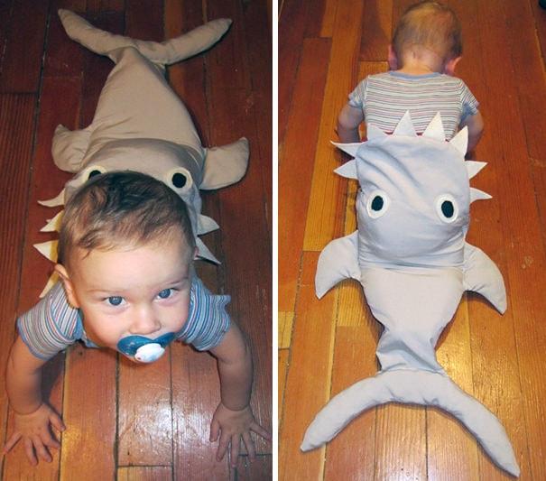 鮫に食べられている赤ちゃんの仮装