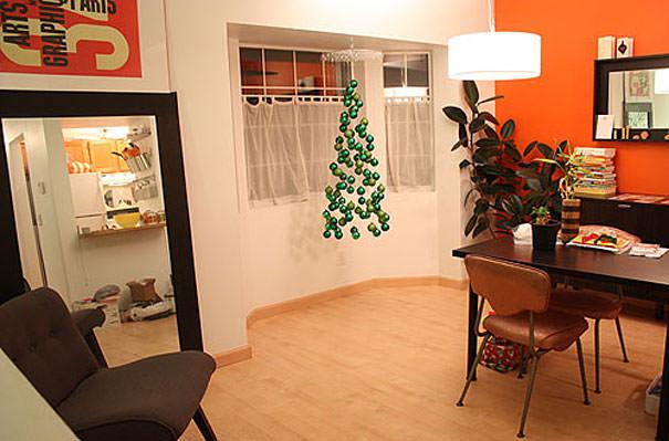 宙に浮かび上がったオーナメントのクリスマスツリー