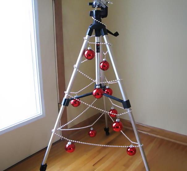カメラの三脚を利用したクリスマスツリー