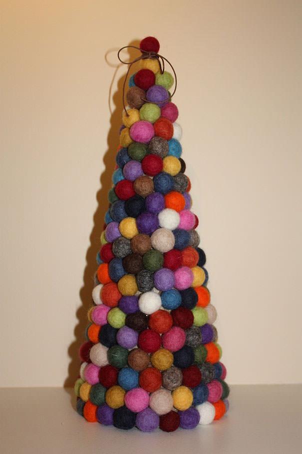 毛玉を組み合わせて作られたクリスマスツリー