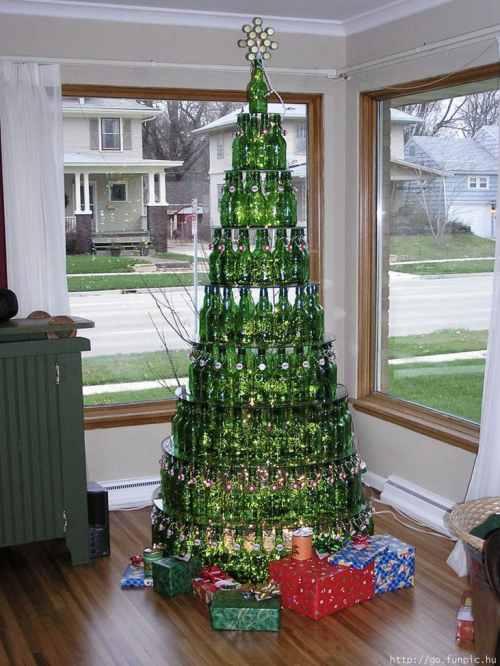 空のワインボトル(空ビン)で作られたクリスマスツリー