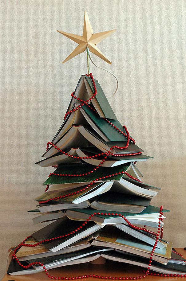 ハードカバーの本を重ねて作られたクリスマスツリー