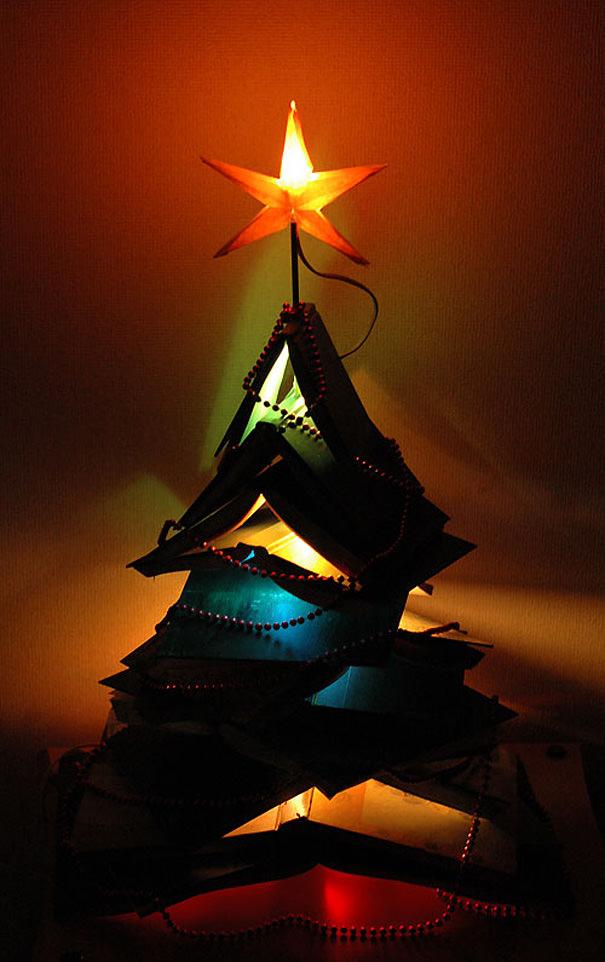 (幻想的)本を重ねて作られたクリスマスツリー