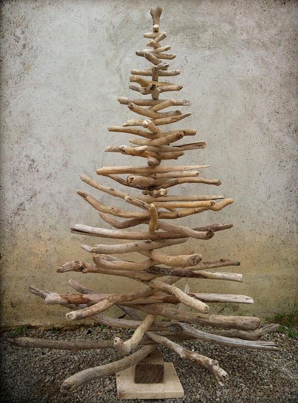 流木を組み合わせて作られたクリスマスツリー
