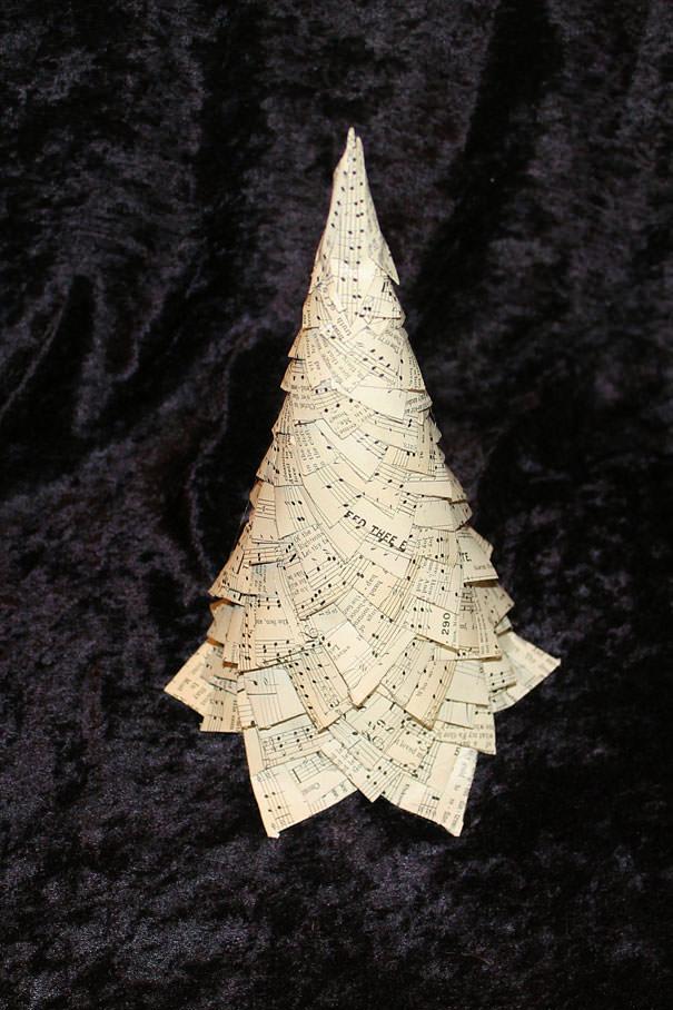 楽譜の切れ端で作られたクリスマスツリー