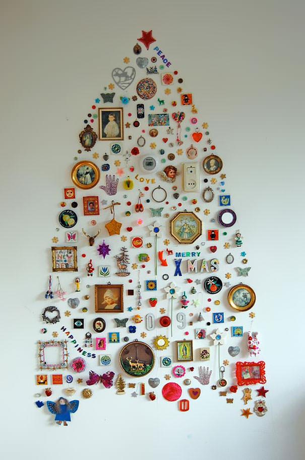 様々なウォールコレクションで形作られたクリスマスツリー