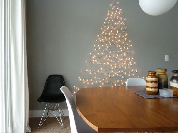 多くの豆電球を組み合わせて作られたクリスマスツリー