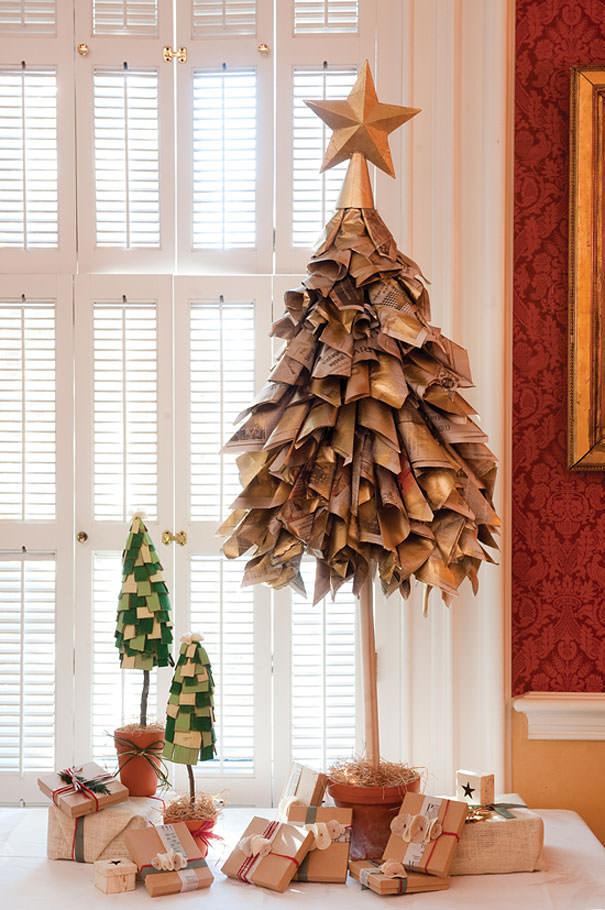 新聞紙で作られたクリスマスツリー