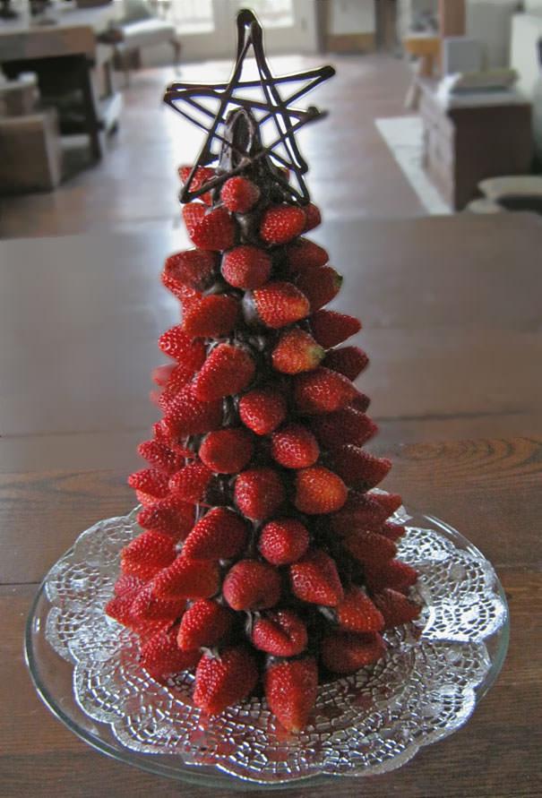 イチゴとチョコで作られたクリスマスツリー