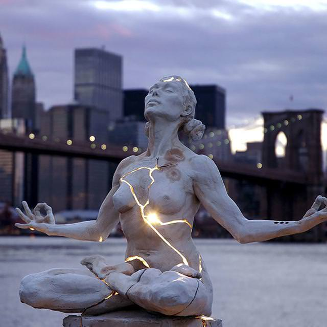 現代アートのオブジェ:お腹に光が宿っている女性修行者の像
